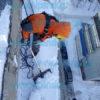 Сброс снега с балкона