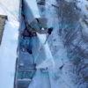 Очистка снега с козырька балкона