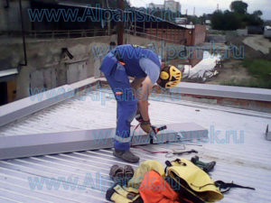 Монтаж парапета из оцинкованной стали