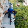 установка снегозадержателей на балконный козырек