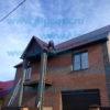 установка снегозадержателей на крыше коттеджа