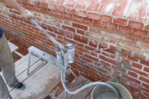 Инъектирование трещин в кирпичных стенах